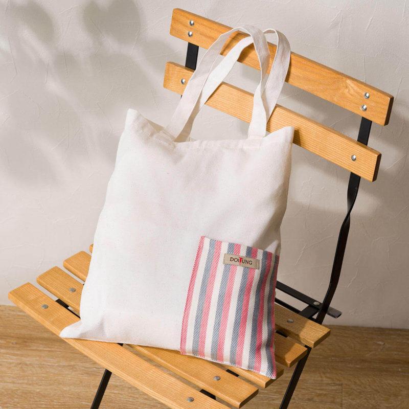 人気ドリップコーヒーセットを椅子に飾る、KALDIの2021年の福袋