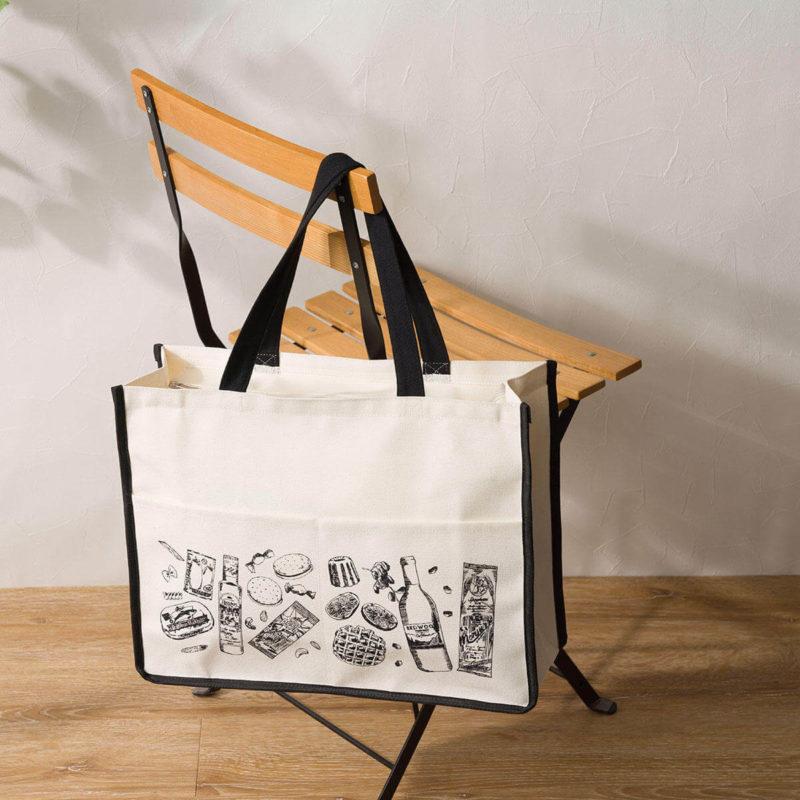 食品福袋を椅子に引っ掛ける、KALDIの2021年の福袋