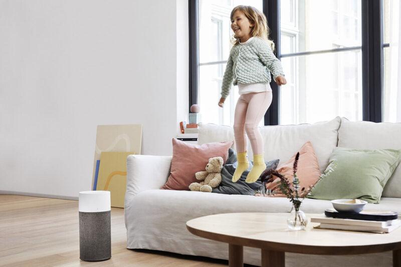 BlueairのBlue3200シリーズ、子供が跳ねているのでサイズがわかりやすい