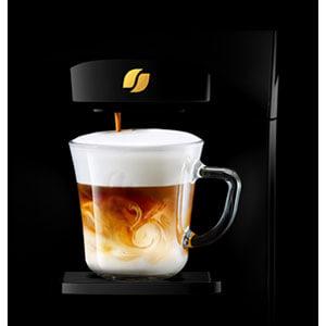 バリスタデュオでミルクの泡を楽しむ、アクアクララのコーヒーサービス、AquaWithアクアウィズ